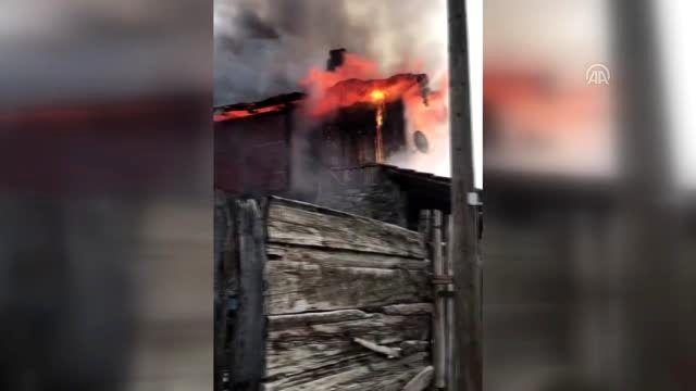 Ankara'da ahşap evde çıkan yangın, itfaiye ekiplerince söndürüldü