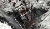 Kepçenin uçuruma yuvarlanması sonucu 1 kişi öldü, 2 kişi yaralandı