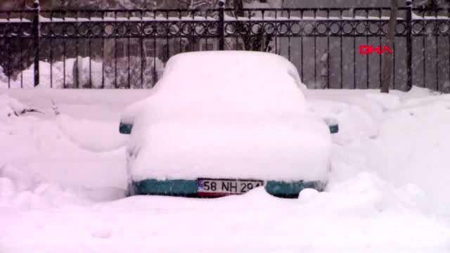 Park halindeki araçlar kardan kayboldu