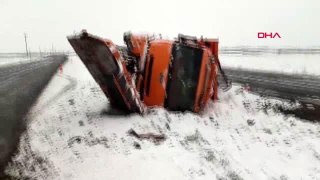 Şanlıurfa kar küreme aracı devrildi, sürücüsü yaralandı
