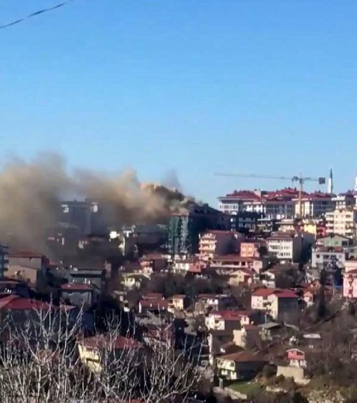 Üsküdar'da binanın çatısı alev alev yanıyor (1)