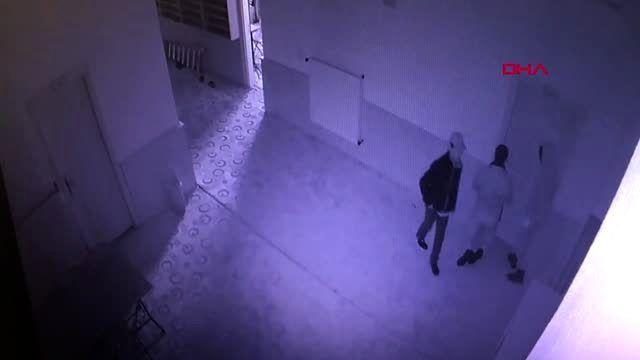 3 çocuk, kapıyı tekmeyle kırıp, kumbaraları çaldı