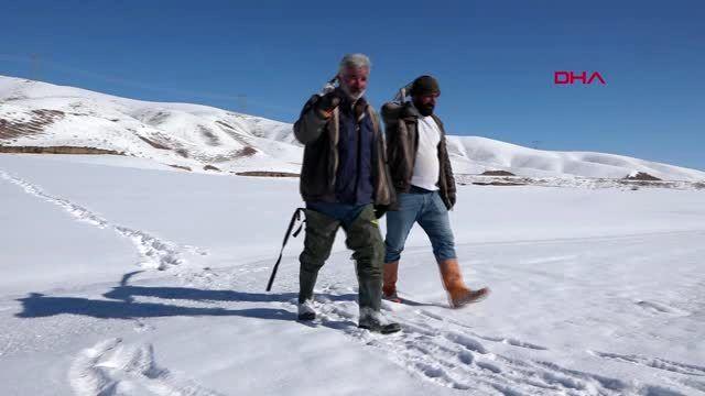 Van donan baraj gölünde eskimo usulü balık avlıyorlar