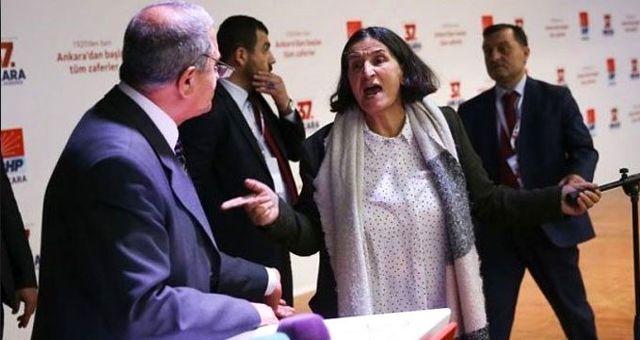 CHP kongresinde delegenin elinden mikrofonu alan partili: Benzetmeleri kadını aşağılayıcı sözlerdi