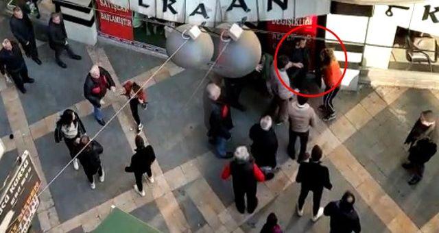 Vatandaş, sokak ortasında kavga eden kızlardan birini tokatladı: Defol buradan