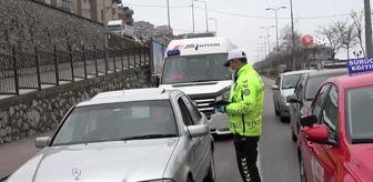 Trafik polisleri sürücüleri kimlik kontrolü yapıp tek tek uyardı