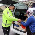 Trafik polisleri yardım isteyen kadını ekip otosuyla gideceğe yere götürdü
