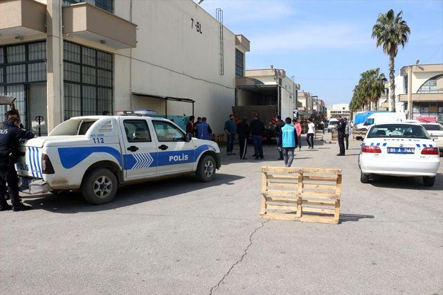Adana'da, kamyonun kapağındaki asansöre kafası sıkışan şoför öldü