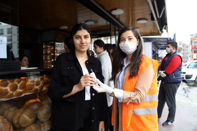 Menderes'te el dezenfektanı dağıtıldı