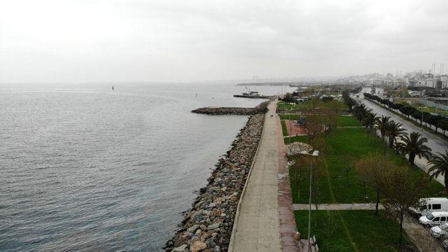 Korona virüs tehlikesi aldırmadan sahilde gezen vatandaşlar havadan görüntülendi