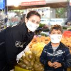 Kumluca Belediyesi ilçe pazarında maske dağıttı