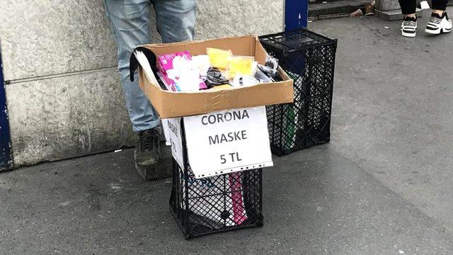 Seyyar satıcılar da maske ve eldiven satmaya başladı