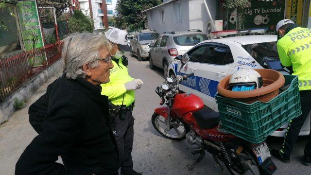 Kaskı kafasında değil saksıda taşıyan sürücüye 2 bin 893 TL cezası kesildi