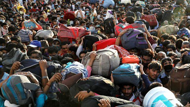 Sokağa çıkma yasağı ilan edilince yüz binlerce işçinin köyüne dönmek için yürümeye başlaması, Hindistan'daki acı tabloyu ortaya çıkardı