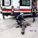 Adana'da yolun karşısına geçmek isterken otomobil çarpan kadın yaralandı