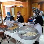 Ayvacık'ta evde kalan vatandaşlara belediyeden sıcak yemek hizmeti