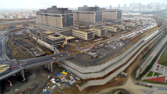 Cumhurbaşkanı müjdesini verdiği Başakşehir Şehir Hastanesi'nin yollarının yapımına başlandı