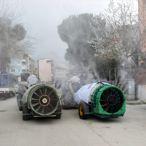İlçeyi traktörlerle dezenfekte ettiler