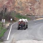 Jandarma karantinadaki köye, vatandaşın talebi üzerine traktörle saman götürdü