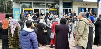 Koronavirüse aldırış etmeyen vatandaşlar, sosyal yardım parası için PTT şubelerinde kuyruk oluşturdu