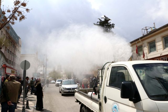 Belediye görevlileri, sosyal mesafe kuralına uymayan vatandaşlara dezenfektan püskürttü