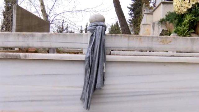 Koronavirüsten hayatını kaybeden Prof. Cemil Taşçıoğlu'nun mezarına kaşkolunu taktı
