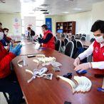 Bitlis'te gönüllü gençler sağlık çalışanları için siperlikli maske üretiyor