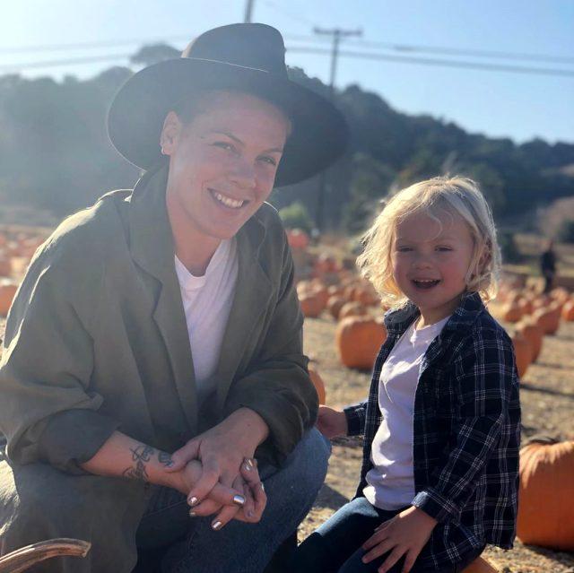 ABD'li ünlü şarkıcı Pink, kendisinin ve oğlunun koronavirüse yakalanıp yendiğini açıkladı