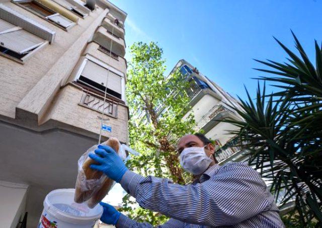 Koronavirüs nedeniyle evinden çıkmayan vatandaşlar, alışverişlerini sepet sarkıtarak yapmaya başladı