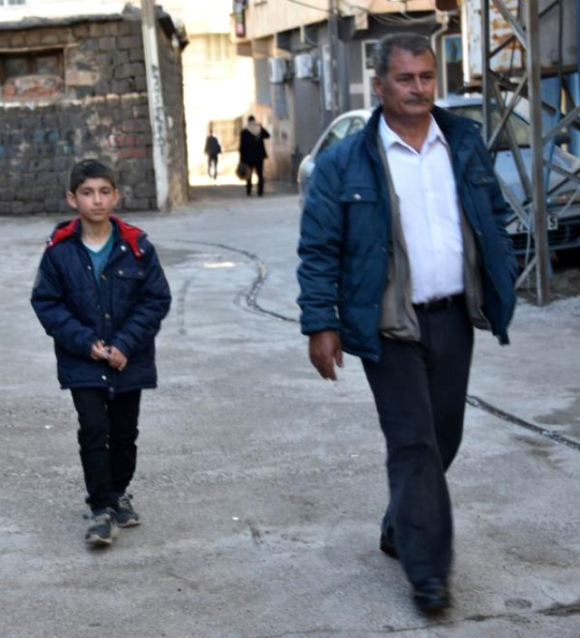 Tartıcılık yapıp para kazanmak için sokağa çıkan 11 yaşındaki Yasin'e yardım eli uzandı