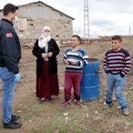 Erciş'te sosyal yardımlar hak sahiplerine evlerinde teslim ediliyor