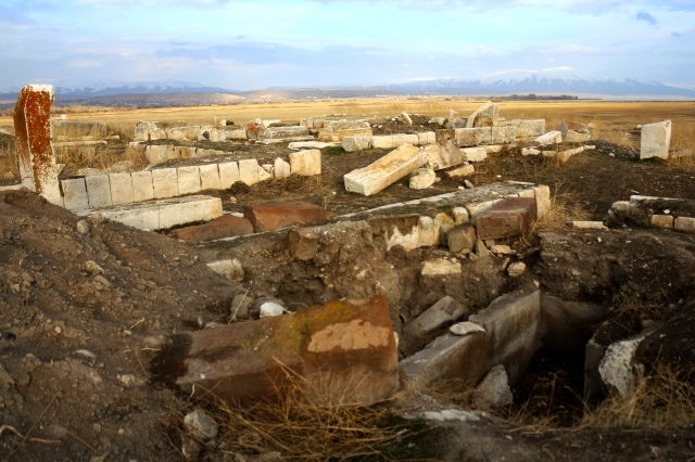 Koronavirüsle mücadeleyi fırsata çeviren define avcıları Türk-İslam mezarlığını tahrip etti