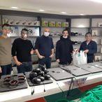 Öğretmenler sağlık çalışanları için yüz koruyucu maske üretiyor