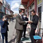 Tomarza Belediye Başkanı Şahin ücretsiz maske dağıttı