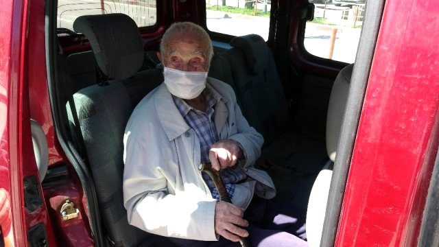 Eşinin cenazesinde virüs kapan 96 yaşındaki Kazım Amca koronavirüsü yendi