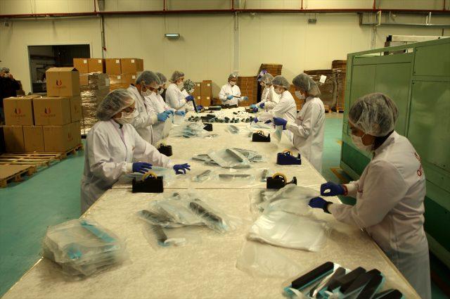 Ambalaj firması, sağlık çalışanları için nefes alıp verirken 'buğu' yapmayan siperlik üretti