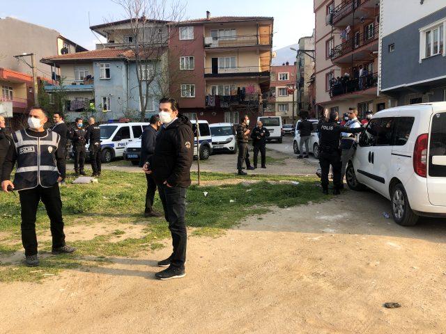 Yasağa uymayarak sokakta futbol oynayan 5 kişi, kendilerini uyaran polise sopalarla saldırdı