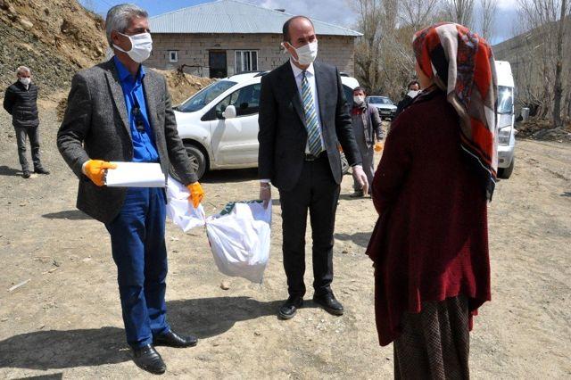 Yüksekova Esendere belediyesinden 500 aileye gıda yardımı