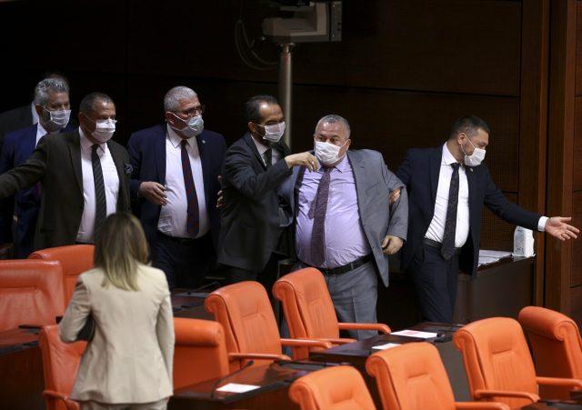 Meclis'te birbirlerinin üzerine yürüyen vekiller sosyal mesafe kuralına uymadı