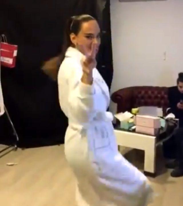 Seda Bakan, bornozla dans ettiği anları sosyal medyadan paylaştı