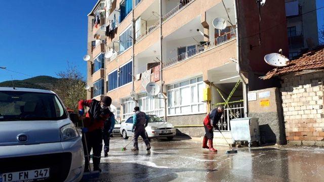 Karantina altına alınan apartmanın etrafı baştan aşağı yıkandı