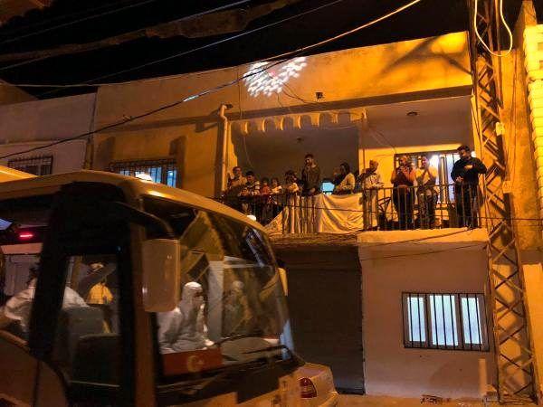 Mardin'de, üstü açık minibüsteki müzisyenlerden moral konseri