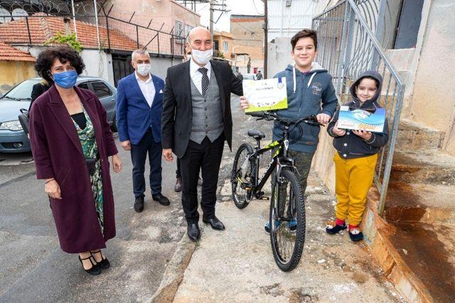 Başkan Soyer'den çocuklara sürpriz ziyaret