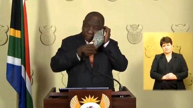 Güney Afrika Devlet Başkanı'nın maske ile imtihanı kameralara yansıdı