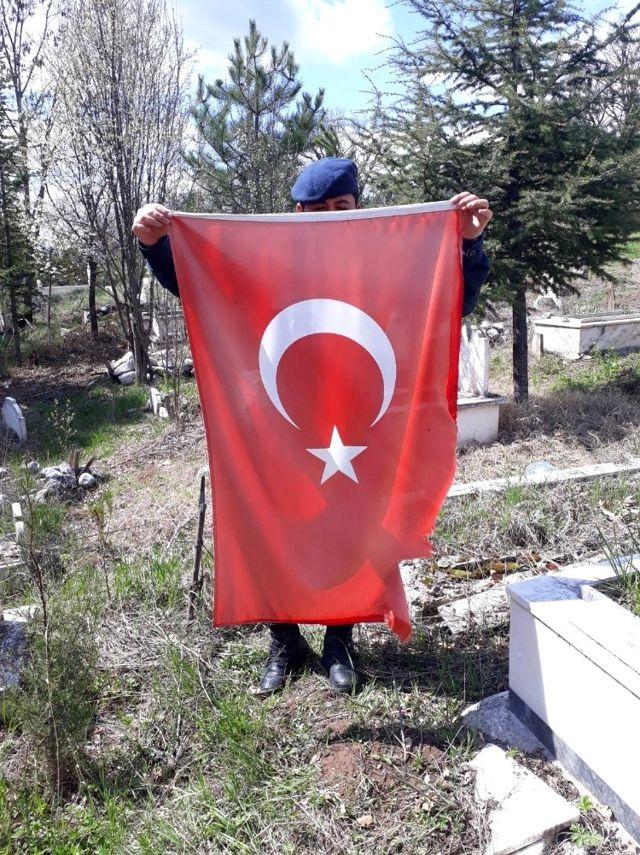 Şehit mezarlarındaki Türk bayrakları yenilendi