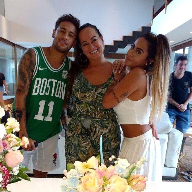 Neymar'ın annesi, sevgilisinin aşçı ile ilişkisi olduğunu öğrenince evden kovdu