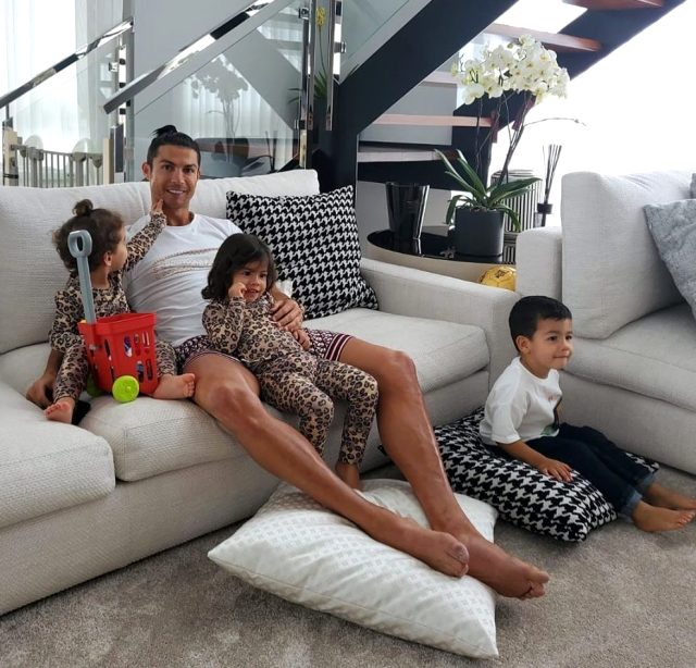 Ronaldo, Dybala'nın koronavirüs testinin yine pozitif çıkmasının ardından İtalya'ya dönmeyi erteledi