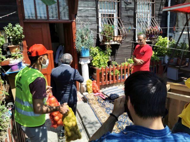 İlçede her eve Ramazan kolisi dağıtan belediye başkanı, şimdi de tüm hanelere patates ve soğan yardımı yapıyor