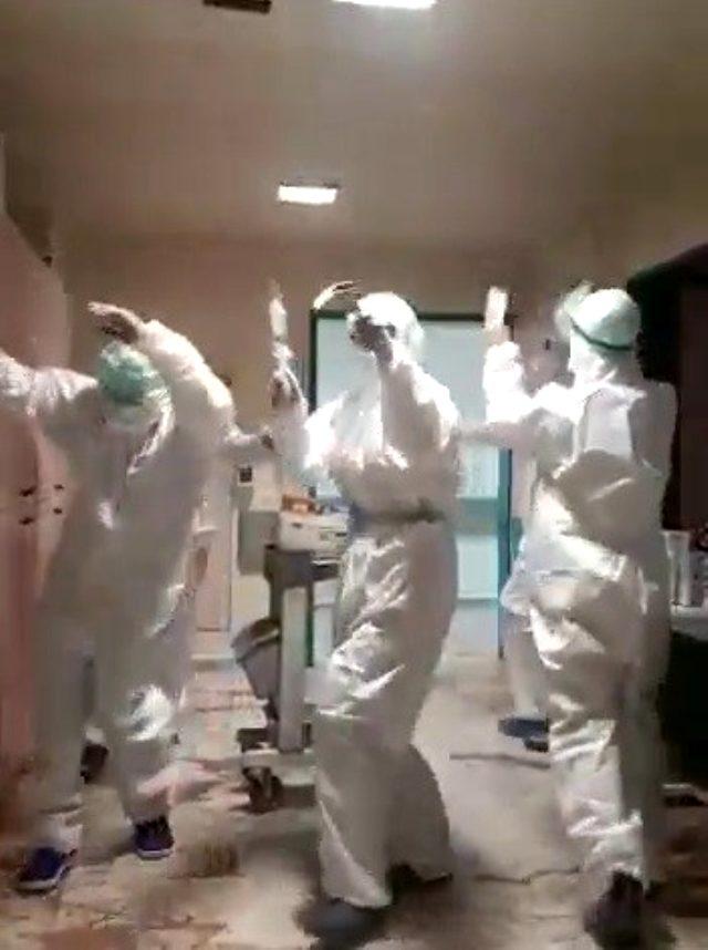 Yoğun bakımda korona hastası kalmayınca sağlıkçılar müzik eşliğinde kutlama yaptı