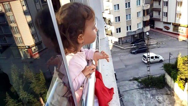 2,5 yaşındaki minik Derin'den yasağa uymayanlara ilginç tepki: Sizi doktora götürürüm, iğne yapar 'cıss' diye